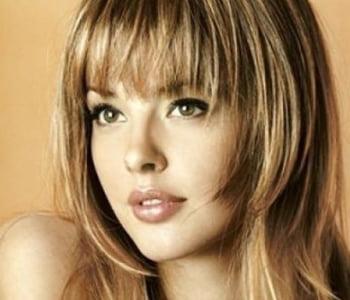 O couro cabeludo é protegido pelos cabelos da franja, o que deixa a pele da testa bem cuidada. A nuca também se beneficia