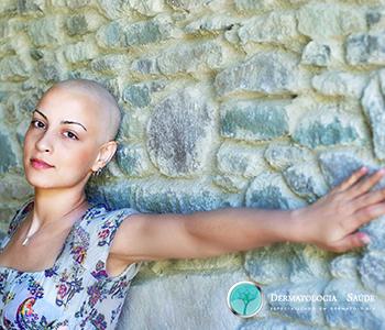 O-que-voce-precisa-saber-sobre-queda-de-cabelos-na-quimioterapia-dermatologia-e-saude-1