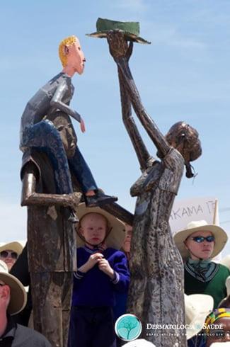 Monumento na cidade africana de Sengerema - Casal não portador segurando bebê albino